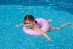 Schwimmen des jungen Mädchens im Pool Lizenzfreie Stockfotos