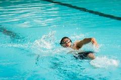 Schwimmen des jungen Mannes im Rückenschwimmen Lizenzfreie Stockfotos