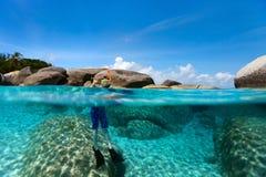 Schwimmen des kleinen Jungen im Ozean Stockfotografie