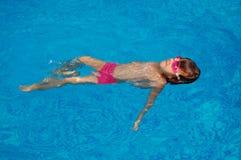 Schwimmen des kleinen Mädchens stockbild