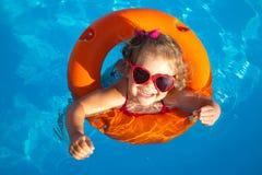 Schwimmen des kleinen Mädchens Stockfotos