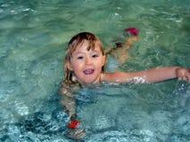 Schwimmen des kleinen Mädchens in einem Pool Stockbild