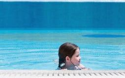 Schwimmen des kleinen Mädchens in einem Pool Stockfotos