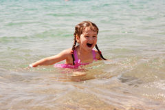 Schwimmen des kleinen Mädchens im Meer. Sommerferien. Lizenzfreies Stockbild