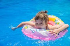 Schwimmen des kleinen Mädchens im Pool Stockbilder