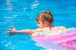 Schwimmen des kleinen Mädchens im Pool Stockfoto