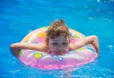 Schwimmen des kleinen Mädchens im Pool Lizenzfreie Stockbilder