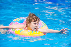 Schwimmen des kleinen Mädchens im Pool Stockfotos