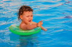 Schwimmen des kleinen Mädchens im Pool Lizenzfreies Stockfoto