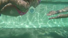 Schwimmen des kleinen Mädchens im Pool im Freien stock video footage
