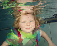 Schwimmen des kleinen Mädchens Unterwasser stockfotografie