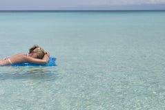Schwimmen in die Karibischen Meere Lizenzfreie Stockfotos