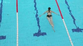Schwimmen in einem Pool stock video footage