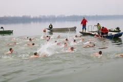 Schwimmen für ein Ehrenkreuz stockfoto