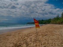 Schwimmen hier Warnzeichen der Sicherheit für Touristen Blackground mit lizenzfreie stockfotografie