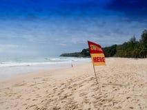 Schwimmen hier Warnzeichen der Sicherheit für Touristen An Surin-Strand Montag stockbild