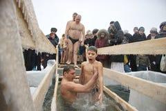 Schwimmen im Eis im Winter Stockfotos