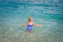Schwimmen im Meer Lizenzfreie Stockfotos