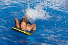 Schwimmen im Pool Stockfotografie