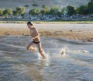 Schwimmen im See Kinneret Lizenzfreies Stockbild