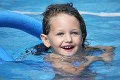 Schwimmen mit Nudel Stockfotografie