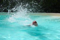 Schwimmen mit Wasser-Spritzen stockbild