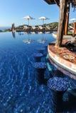 Schwimmen-obenbar im Unendlichkeitspool in den Tropen Stockbilder