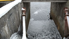 Schwimmen Retro- Verdammungsenten des dünnen Eisscholle-Flosswasseroberflächenwinters stock footage