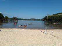 Schwimmen am See Lanier lizenzfreie stockfotos