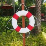 Schwimmen Sie Ring für Lebensretter auf dem Seitenswimmingpool Stockbild