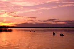 Schwimmen am Sonnenuntergang lizenzfreie stockfotografie