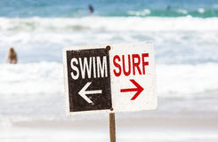 Schwimmen- und Brandungszeichen auf dem Strand Stockbilder