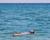 Schwimmen und Entspannung Stockbild