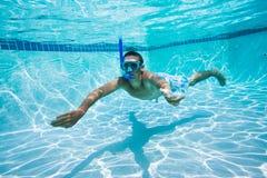 Schwimmen unter Wasser im Pool stockfoto