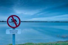Schwimmen verboten über einem See Stockfotos