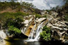 Schwimmen am Wasserfall Stockfotografie
