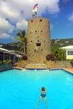 Schwimmen zum historischen Schloss stockfotos