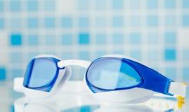 Schwimmende Berufsgläser, blauer Fliesenhintergrund Lizenzfreie Stockfotos