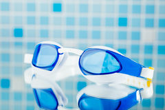 Schwimmende Berufsgläser, blauer Fliesenhintergrund Stockbilder