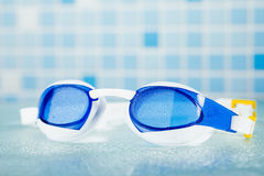 Schwimmende Berufsgläser, blauer Fliesenhintergrund Stockfoto