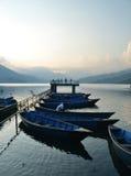 Schwimmende Bootsleute Nepals Pokhara Stockfoto