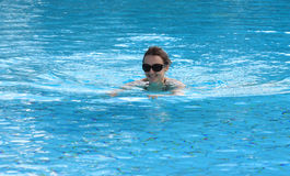 Schwimmende junge Frau Stockbilder