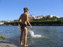 Schwimmende Jungen lizenzfreie stockbilder