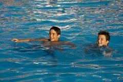 Schwimmende Kinder Stockfoto