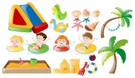 Schwimmende Kinder und Strandspielwaren Stockfoto
