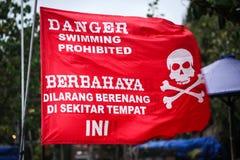 Schwimmende verbotene rote Fahne Stockfotografie