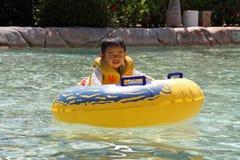 Schwimmender japanischer Junge Lizenzfreie Stockbilder