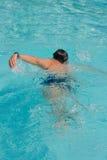 Schwimmender junger Mann Stockbilder
