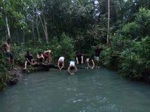 Schwimmender Wettbewerb in kleinem Fluss lizenzfreie stockfotos