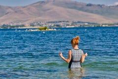 Schwimmengehen der jungen Frau im See Sevan von Armenien stockfoto